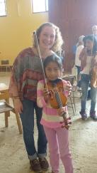 la entrega de los instrumentos con Helena - la pequeña Mabe esta muy feliz porque no habia un violín para el tamaño de su brazo. Pero ahora recibimos un violin de 1,2 MUCHAS GRACIAS
